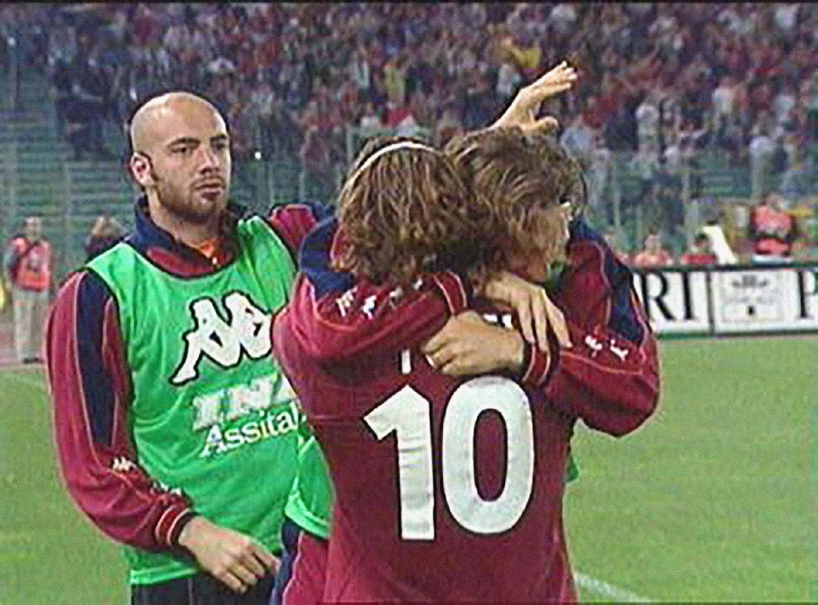 75624ee96a Roma-Milan 2001, l'abbraccio dello Scudetto tra Totti e Di Francesco