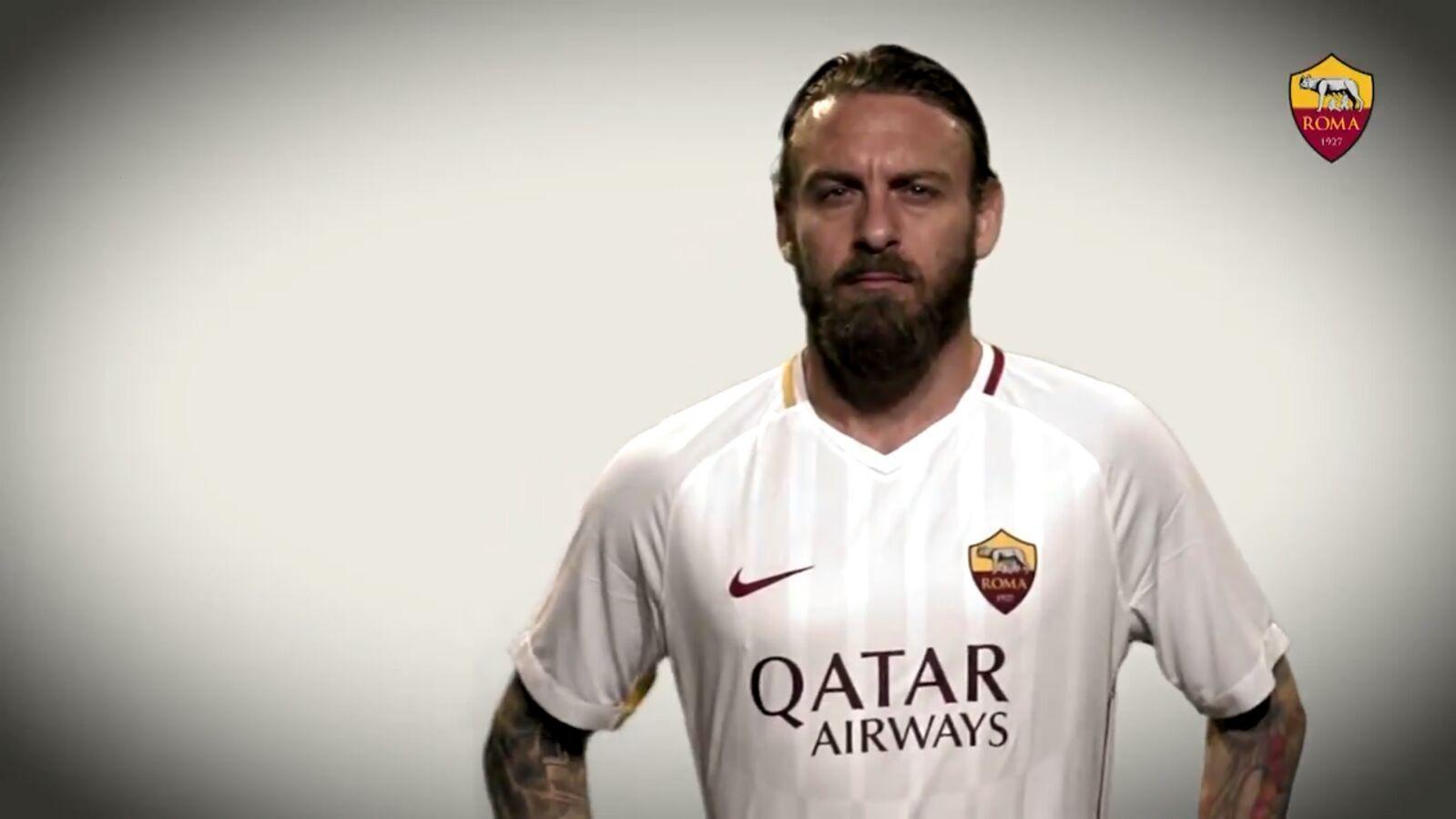 """Liverpool-Roma, I giallorossi in campo con il logo """"Qatar"""