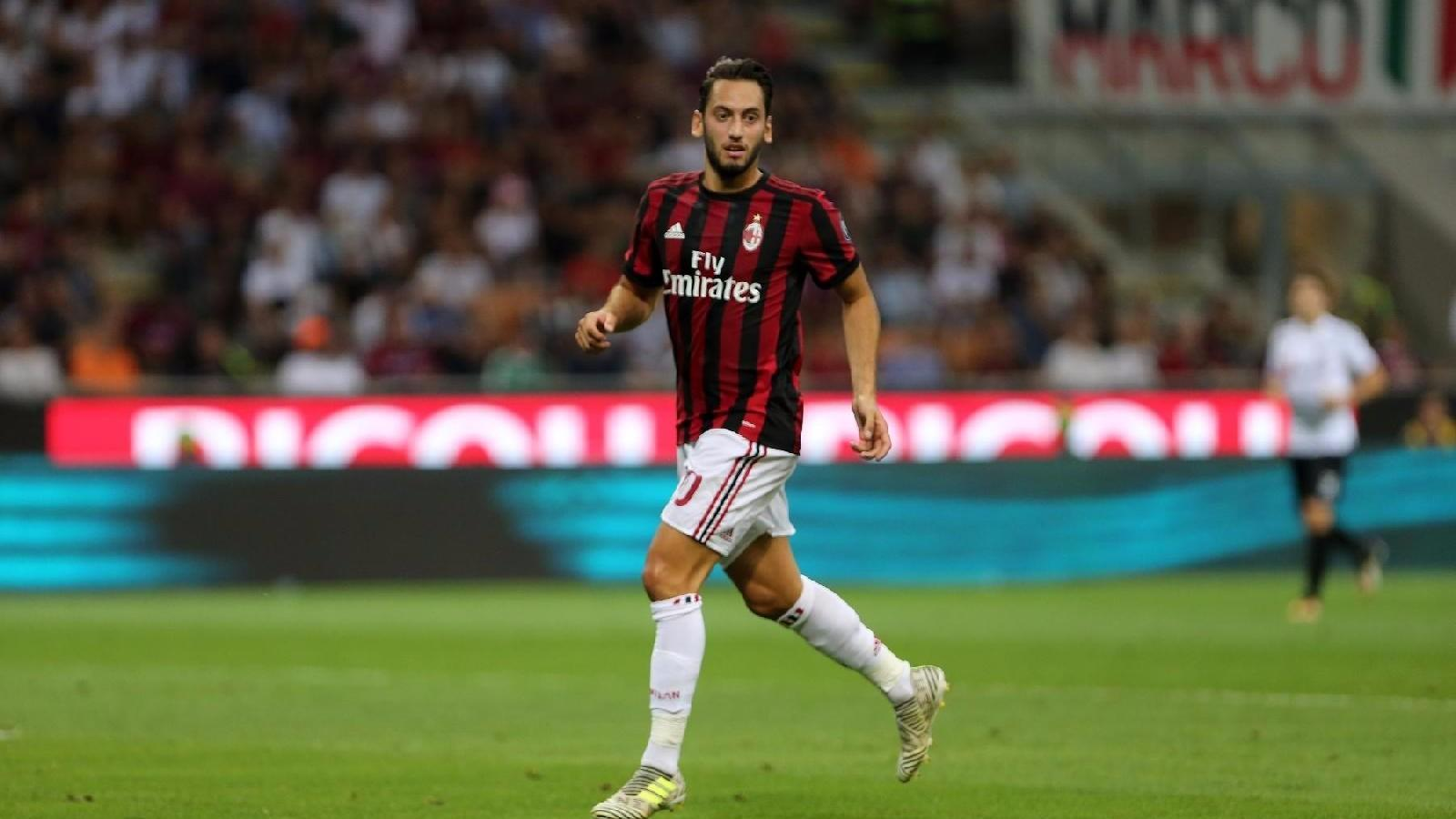 Milan-Rijeka, infortunio per Calhanoglu: sostituito all'intervallo da Vincenzo Montella