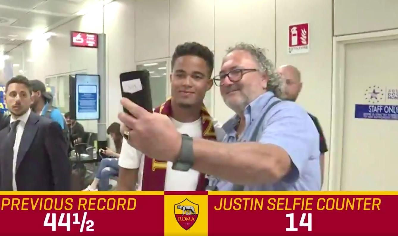 VIDEO - Justin Kluivert batte il record di selfie in aeroporto