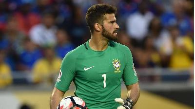 VIDEO - Alisson Becker cooks with the Brazilian chef Felipe Bronze